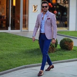 Сочетание розового пиджака и темно-синих брюк чинос позволит создать образ в классическом мужском стиле. Очень стильно здесь будут смотреться темно-коричневые кожаные лоферы с кисточками.