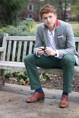 Как и с чем носить: серый пиджак в шотландскую клетку, белая рубашка с длинным рукавом, темно-зеленые брюки чинос, коричневые кожаные оксфорды