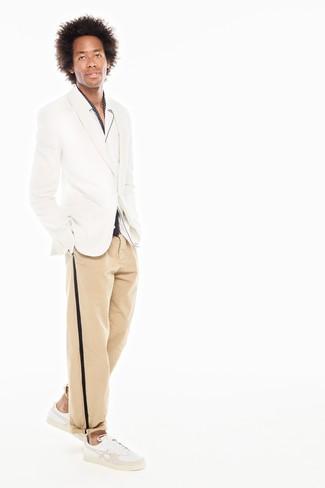 Как и с чем носить: белый пиджак, белая рубашка с длинным рукавом, светло-коричневые брюки чинос, белые кожаные низкие кеды
