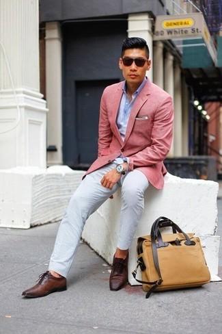 Коллеги оценят твое чувство стиля, если ты придешь на работу в розовом пиджаке и белых брюках чинос. Сделать образ изысканнее помогут темно-коричневые кожаные оксфорды.