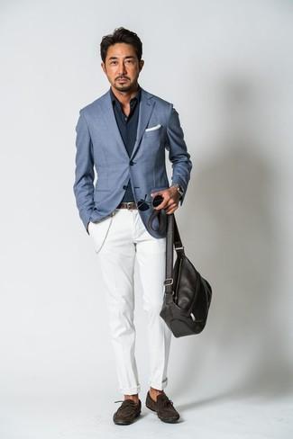 Как и с чем носить: синий пиджак, темно-синяя рубашка с длинным рукавом, белые брюки чинос, темно-коричневые замшевые мокасины