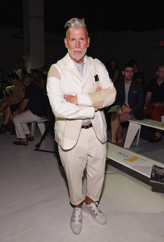 Как Nick Wooster носит Бежевый льняной пиджак, Голубая рубашка с длинным рукавом, Бежевые брюки чинос, Бежевые низкие кеды из плотной ткани