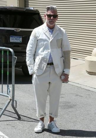 Как Nick Wooster носит Белый льняной пиджак, Голубая рубашка с длинным рукавом, Бежевые льняные брюки чинос, Белые низкие кеды