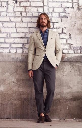 Как и с чем носить: бежевый хлопковый пиджак, темно-синяя рубашка с длинным рукавом в шотландскую клетку, темно-коричневые брюки чинос, темно-коричневые кожаные топсайдеры