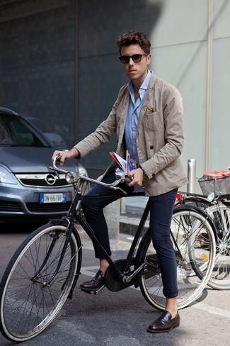 Как и с чем носить: бежевый хлопковый пиджак, голубая рубашка с длинным рукавом, темно-синие брюки чинос, темно-коричневые кожаные лоферы
