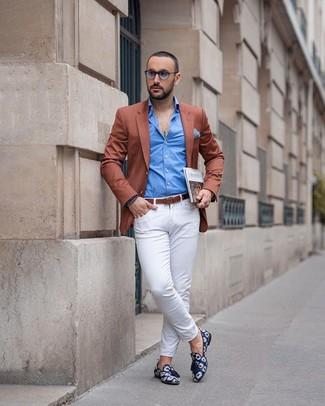 Как и с чем носить: табачный пиджак, синяя рубашка с длинным рукавом, белые брюки чинос, темно-синие лоферы с кисточками из плотной ткани с принтом