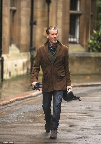 Как и с чем носить: темно-коричневый замшевый пиджак, оливковая рубашка с длинным рукавом, темно-серые брюки чинос, темно-коричневые замшевые монки