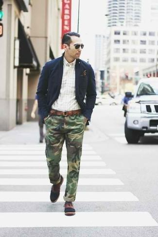 Как и с чем носить: темно-синий хлопковый пиджак, белая рубашка с длинным рукавом в клетку, оливковые брюки чинос с камуфляжным принтом, коричневые кожаные оксфорды