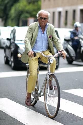 Как и с чем носить: мятный пиджак, голубая рубашка с длинным рукавом, желтые брюки чинос, темно-коричневые кожаные лоферы с кисточками
