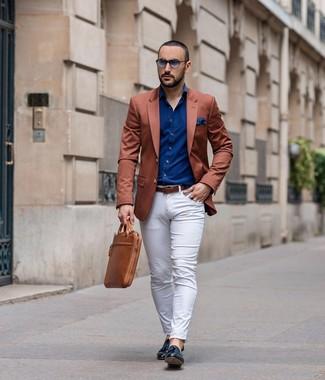 Как и с чем носить: табачный пиджак, темно-синяя рубашка с длинным рукавом, белые брюки чинос, черные кожаные лоферы с кисточками