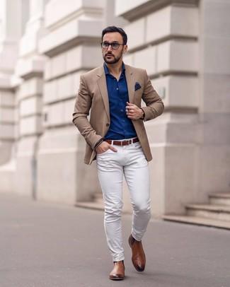 Как и с чем носить: светло-коричневый пиджак, темно-синяя рубашка с длинным рукавом, белые брюки чинос, коричневые кожаные ботинки челси