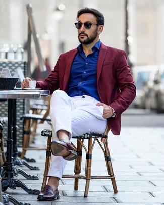 Как и с чем носить: темно-красный пиджак, синяя рубашка с длинным рукавом, белые брюки чинос, темно-красные кожаные лоферы