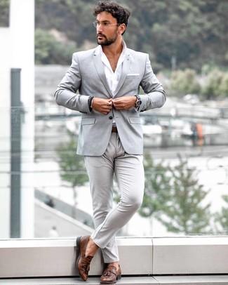 Как и с чем носить: серый пиджак, белая рубашка с длинным рукавом, серые брюки чинос, коричневые кожаные лоферы с кисточками