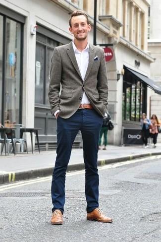 Сочетание серого шерстяного пиджака и темно-синих брюк чинос легко вписывается в разные дресс-коды. Очень стильно здесь будут смотреться светло-коричневые кожаные оксфорды.