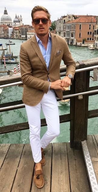 Как и с чем носить: коричневый пиджак, голубая рубашка с длинным рукавом, белые брюки чинос, коричневые замшевые лоферы с кисточками