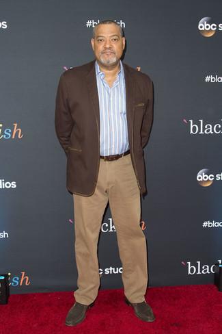 Как и с чем носить: темно-коричневый пиджак, голубая рубашка с длинным рукавом в вертикальную полоску, светло-коричневые брюки чинос, темно-коричневые замшевые ботинки челси