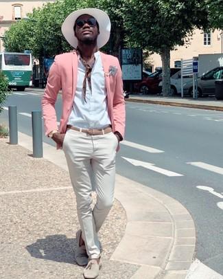 Как и с чем носить: розовый пиджак, белая рубашка с длинным рукавом, белые брюки чинос, бежевые замшевые лоферы с кисточками