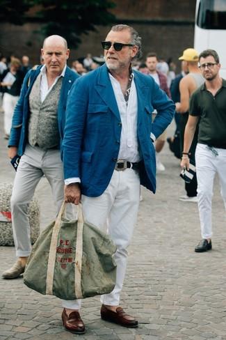 Как и с чем носить: темно-бирюзовый хлопковый пиджак, белая льняная рубашка с длинным рукавом, белые брюки чинос, коричневые кожаные лоферы