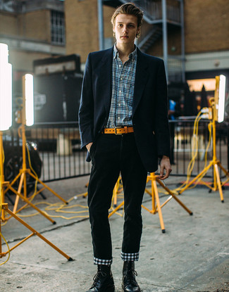 Как и с чем носить: темно-синий пиджак в вертикальную полоску, синяя рубашка с длинным рукавом в шотландскую клетку, темно-зеленые вельветовые брюки чинос, черные кожаные повседневные ботинки