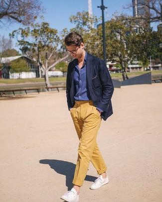 Как и с чем носить: темно-синий пиджак, темно-синяя рубашка с длинным рукавом из шамбре, желтые брюки чинос, белые кожаные низкие кеды