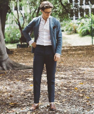 Как и с чем носить: синий пиджак, белая рубашка с длинным рукавом, темно-синие брюки чинос, коричневые кожаные лоферы