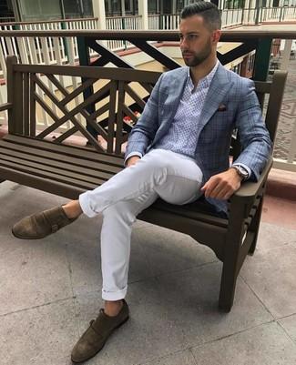Как и с чем носить: голубой пиджак в шотландскую клетку, голубая рубашка с длинным рукавом с принтом, белые брюки чинос, коричневые замшевые монки с двумя ремешками