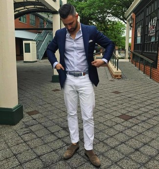 Как и с чем носить: темно-синий пиджак, голубая рубашка с длинным рукавом с принтом, белые брюки чинос, коричневые замшевые монки с двумя ремешками