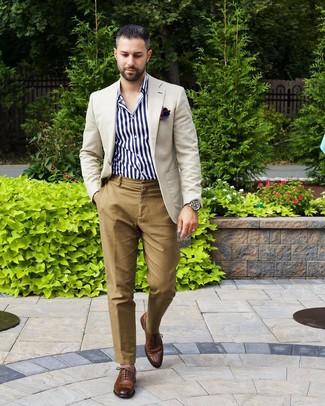 Как и с чем носить: бежевый пиджак, бело-темно-синяя рубашка с длинным рукавом в вертикальную полоску, светло-коричневые брюки чинос, коричневые кожаные оксфорды