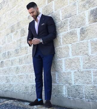 Как и с чем носить: темно-серый пиджак в клетку, розовая рубашка с длинным рукавом в вертикальную полоску, темно-синие брюки чинос, черные замшевые лоферы