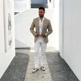 Как и с чем носить: бежевый пиджак, белая рубашка с длинным рукавом, белые брюки чинос, бежевые замшевые лоферы с кисточками