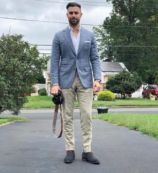 Как и с чем носить: голубой шерстяной пиджак в шотландскую клетку, белая рубашка с длинным рукавом, бежевые брюки чинос, темно-синие замшевые оксфорды