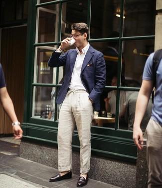 Как и с чем носить: темно-синий пиджак, белая рубашка с длинным рукавом, бежевые льняные брюки чинос, темно-коричневые кожаные лоферы
