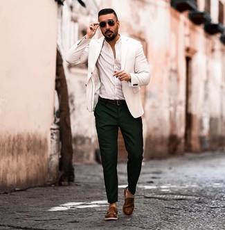 Как и с чем носить: белый пиджак, бежевая рубашка с длинным рукавом в вертикальную полоску, темно-зеленые брюки чинос, коричневые кожаные лоферы