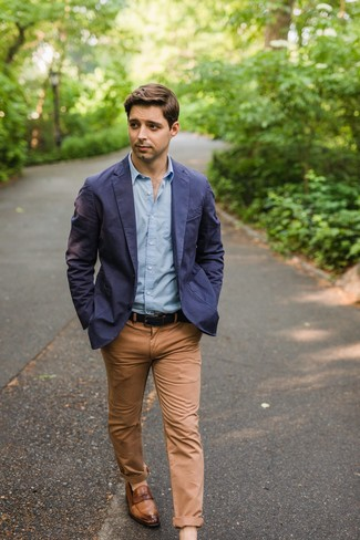 Как и с чем носить: темно-синий хлопковый пиджак, голубая рубашка с длинным рукавом, светло-коричневые брюки чинос, коричневые кожаные лоферы