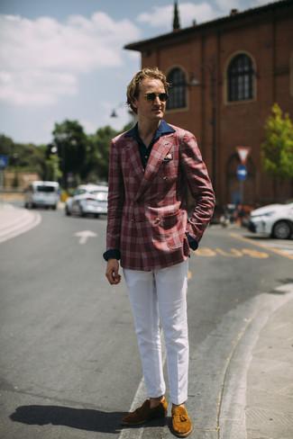 Как и с чем носить: красный пиджак в шотландскую клетку, темно-синяя рубашка с длинным рукавом, белые брюки чинос, табачные замшевые лоферы с кисточками