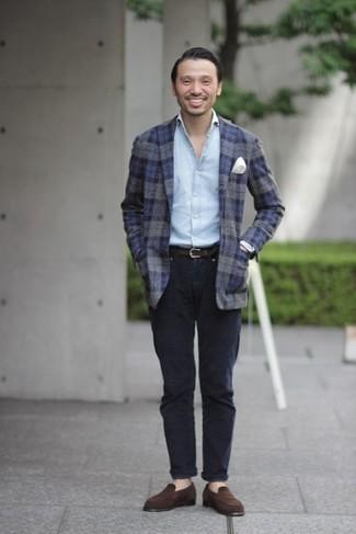 Голубая рубашка с длинным рукавом: с чем носить и как сочетать мужчине: Если в одежде ты ценишь удобство и функциональность, тебе полюбится такое сочетание голубой рубашки с длинным рукавом и темно-синих брюк чинос. Любители модных экспериментов могут завершить лук темно-коричневыми замшевыми лоферами, тем самым добавив в него немного изысканности.