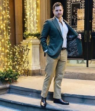Модные мужские луки 2020 фото: Дуэт темно-зеленого пиджака и светло-коричневых брюк чинос выглядит выше всяких похвал, разве не так? В тандеме с этим ансамблем органично выглядят темно-коричневые кожаные ботинки броги.