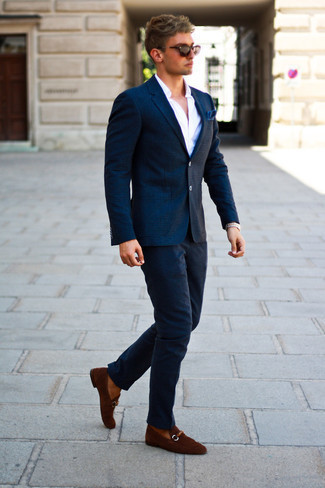 Модные мужские луки 2020 фото в стиле смарт-кэжуал: Комбо из темно-синего шерстяного пиджака в клетку и темно-синих шерстяных брюк чинос — хороший пример непринужденного офисного стиля для мужчин. Любители экспериментов могут закончить ансамбль коричневыми замшевыми лоферами, тем самым добавив в него немного утонченности.