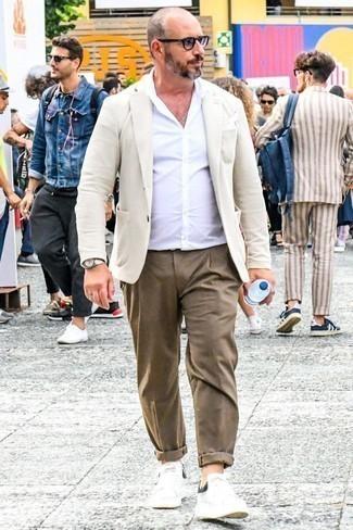 Коричневые брюки чинос: с чем носить и как сочетать: Хочешь выглядеть солидно? Тогда дуэт бежевого пиджака и коричневых брюк чинос - это то, что тебе нужно. Ты сможешь легко приспособить такой лук к повседневным условиям городской жизни, закончив его белыми кожаными низкими кедами.