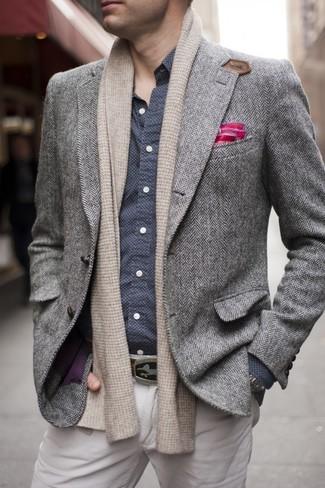 """Как и с чем носить: серый шерстяной пиджак с узором """"в ёлочку"""", темно-сине-белая рубашка с длинным рукавом в горошек, бежевые брюки чинос, ярко-розовый нагрудный платок"""