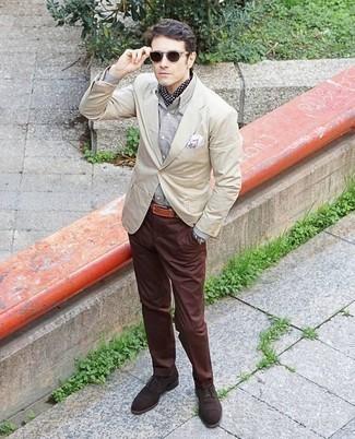 Темно-коричневые солнцезащитные очки: с чем носить и как сочетать мужчине: Бежевый пиджак и темно-коричневые солнцезащитные очки позволят создать несложный и комфортный ансамбль для выходного дня в парке или вечера в шумном заведении с друзьями. Такой образ легко получает свежее прочтение в тандеме с темно-коричневыми замшевыми оксфордами.