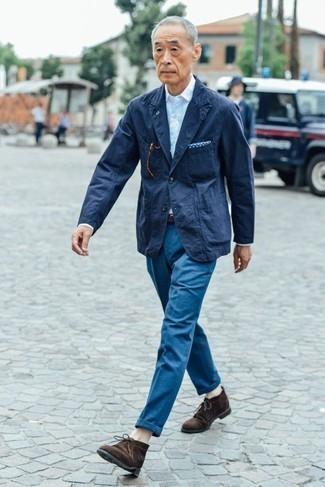 Модные мужские луки 2020 фото: Комбо из темно-синего пиджака и синих брюк чинос позволит составить стильный, и в то же время мужественный ансамбль. Вкупе с этим луком гармонично выглядят темно-коричневые замшевые ботинки дезерты.