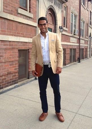 Как и с чем носить: светло-коричневый пиджак, белая рубашка с длинным рукавом, темно-синие брюки чинос, коричневые кожаные лоферы с кисточками