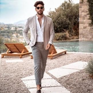 С чем носить бежевый пиджак мужчине: Поклонникам стиля smart casual придется по душе дуэт бежевого пиджака и серых брюк чинос. Такой лук легко получает свежее прочтение в сочетании с темно-коричневыми кожаными туфлями дерби.