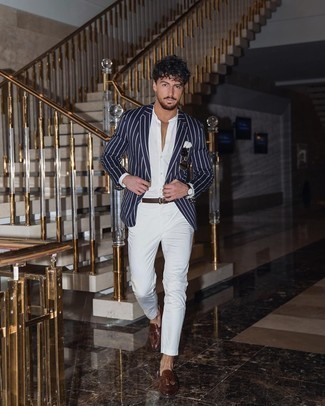 С чем носить темно-сине-белый пиджак в вертикальную полоску мужчине: Если ты приписываешь себя к той редкой категории мужчин, которые каждый день стараются одеваться безупречно, тебе понравится сочетание темно-сине-белого пиджака в вертикальную полоску и белых брюк чинос. Любители свежих идей могут завершить образ коричневыми кожаными лоферами с кисточками, тем самым добавив в него толику классики.