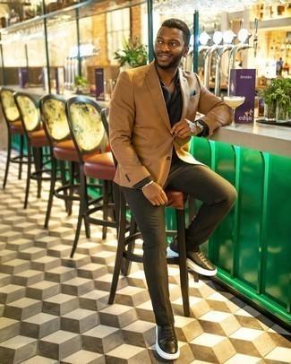 Мужские луки: Комбо из светло-коричневого пиджака и оливковых брюк чинос — олицетворение вольного офисного стиля для молодых людей. Любители рискованных сочетаний могут закончить лук черно-белыми кожаными низкими кедами.