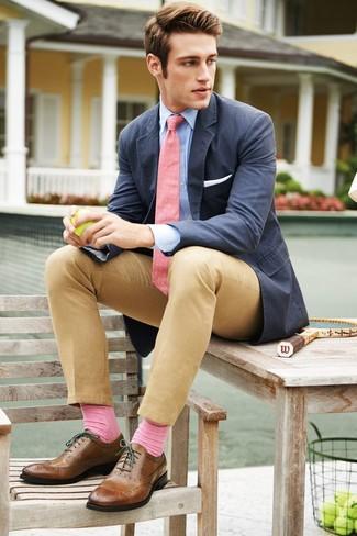 Любителям стиля business casual понравится сочетание темно-синего хлопкового пиджака и светло-коричневых брюк чинос. Думаешь сделать образ немного строже? Тогда в качестве дополнения к этому луку, стоит выбрать коричневые кожаные броги.