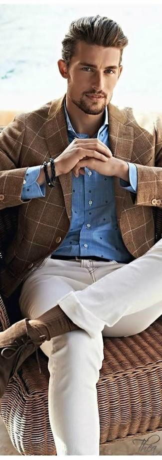 Как и с чем носить: коричневый шерстяной пиджак в клетку, синяя рубашка с длинным рукавом в горошек, бежевые джинсы, коричневые замшевые ботинки дезерты