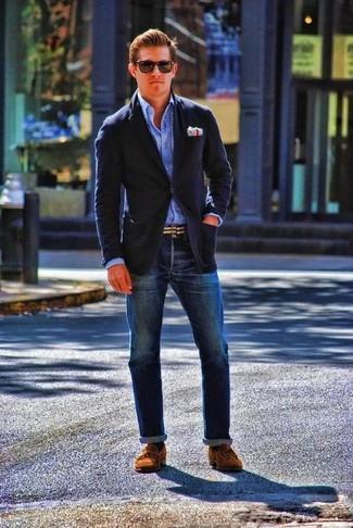 Темно-синий шерстяной пиджак в сочетании с темно-синими джинсами поможет создать стильный и мужественный образ. Что касается обуви, можно отдать предпочтение комфорту и выбрать коричневые замшевые топсайдеры.