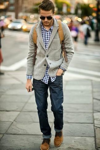 Серый шерстяной пиджак и темно-синие джинсы помогут создать стильный офисный образ. Вкупе с этим нарядом органично будут смотреться коричневые замшевые дезерты.